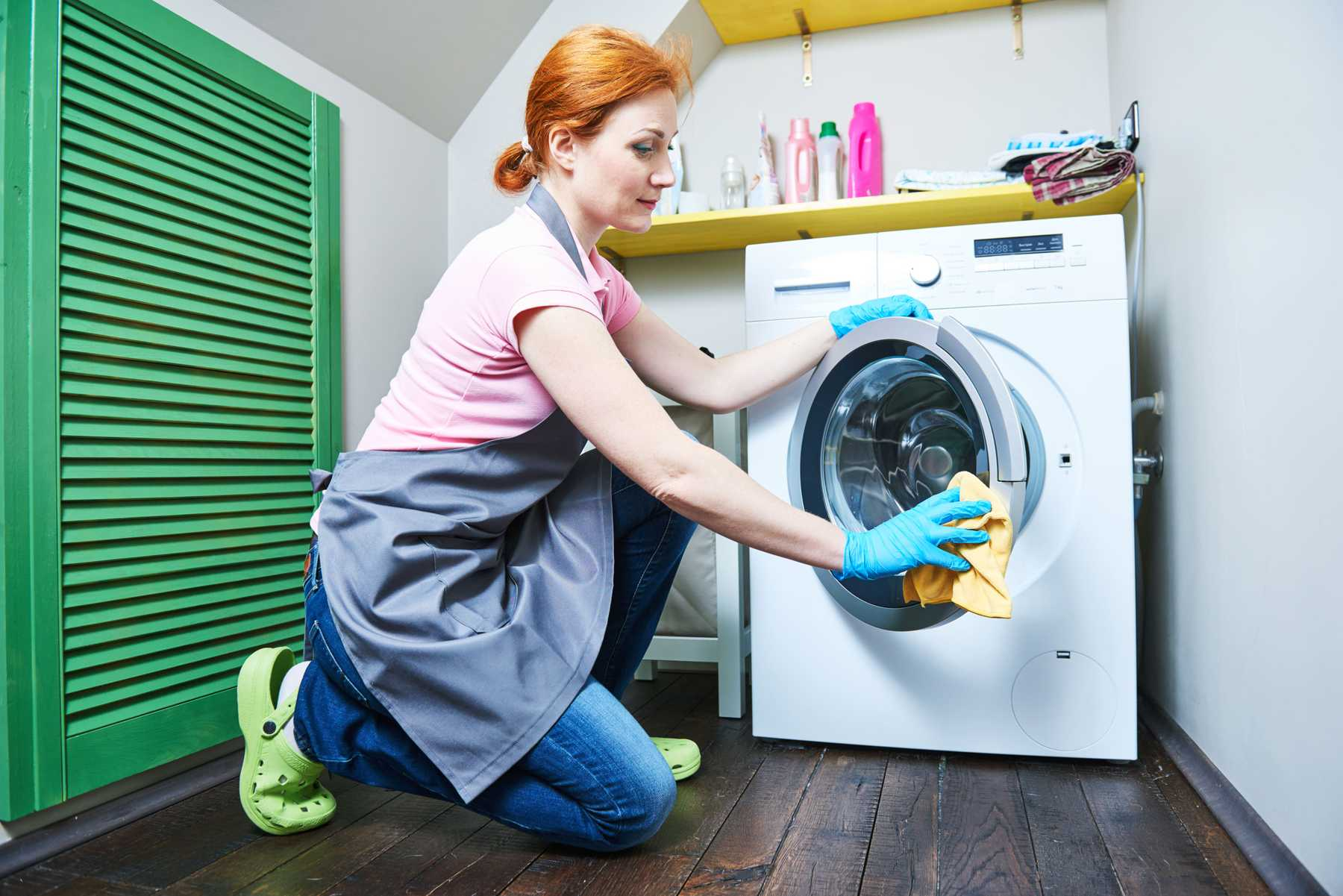 женщина моет стиральную машину