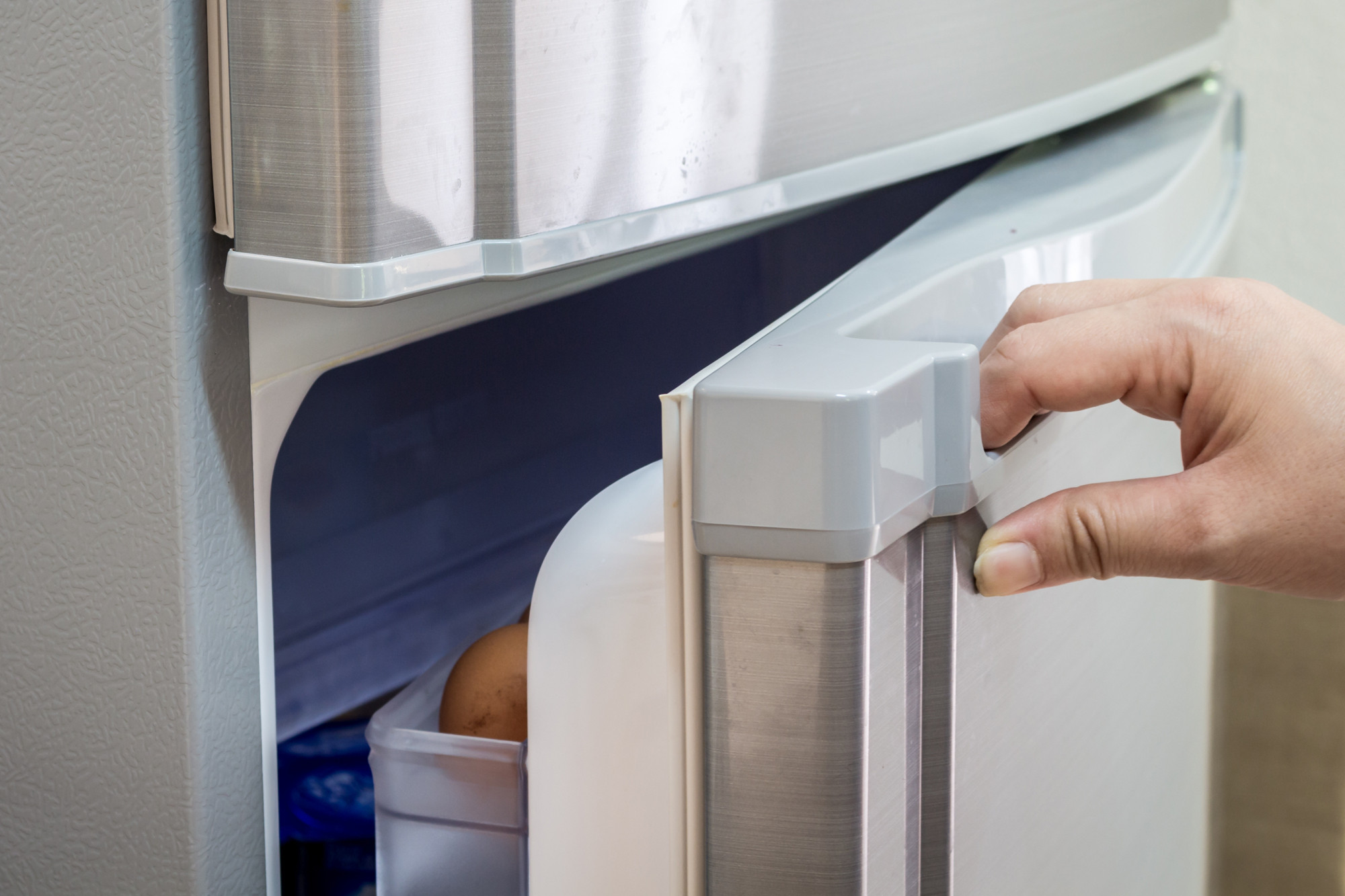 открытая дверь холодильника